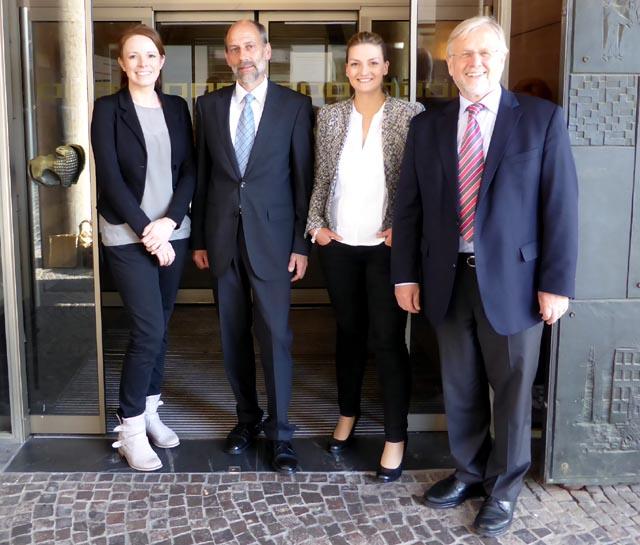 Von links nach rechts: Johanna Rath, Gerald Otter, Judith Gerlach, Werner Elsässer Diedrei neuen CSU-Stadträte/innen mit dem Bürgermeister a.D. vor dem Rathausgebäude nach der konstituierenden Stadtratssitzung vom 5. Mai.